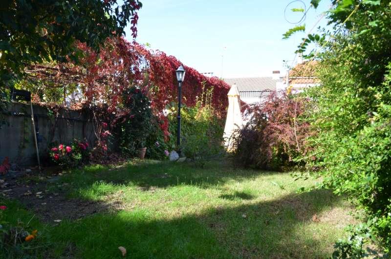 Amplio chalet adosado con jard n de 150m2 inmobiliaria for Jardin 150m2